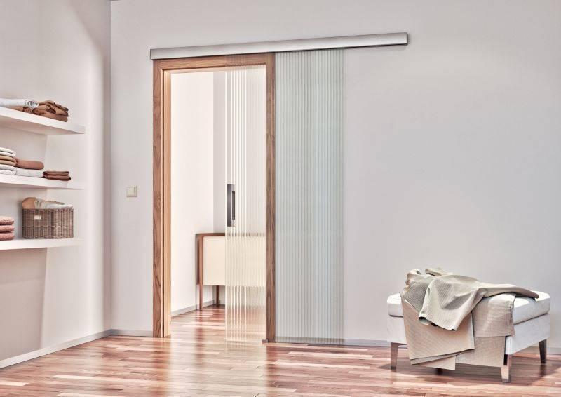 posuvne celosklenene dvere na stenu.sapeli sapglass