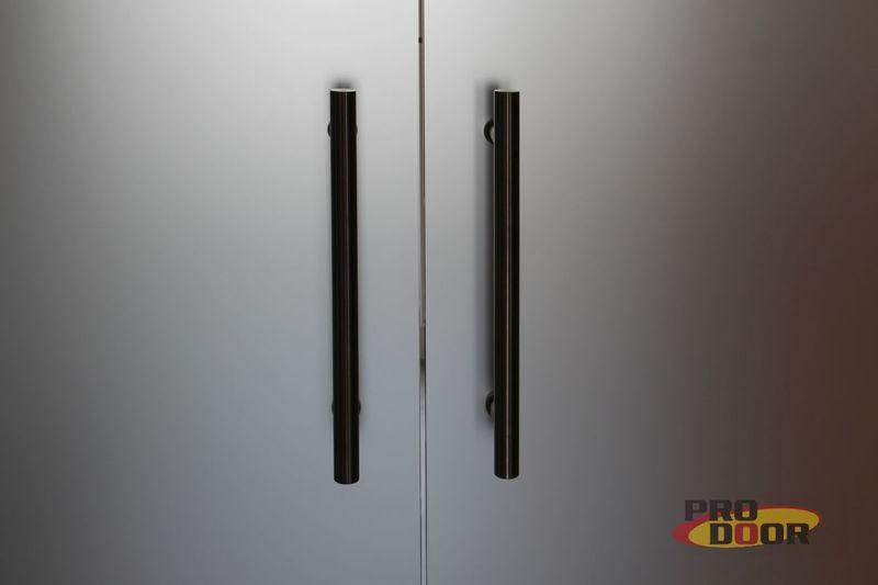 kyvné skleněné dveře s obložkou CPL beton litoměřice