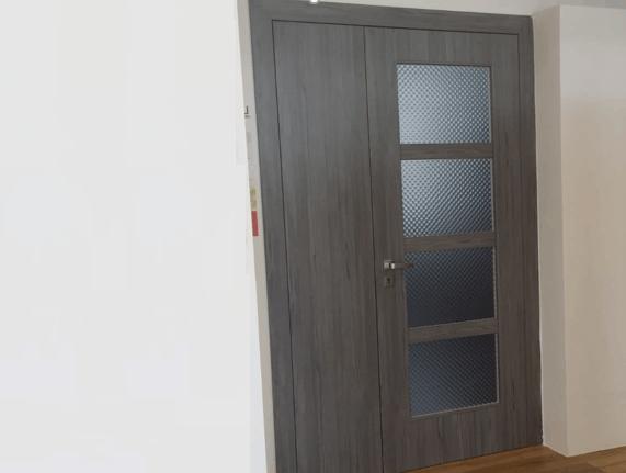 asymetrické dvoukřídlé dveře
