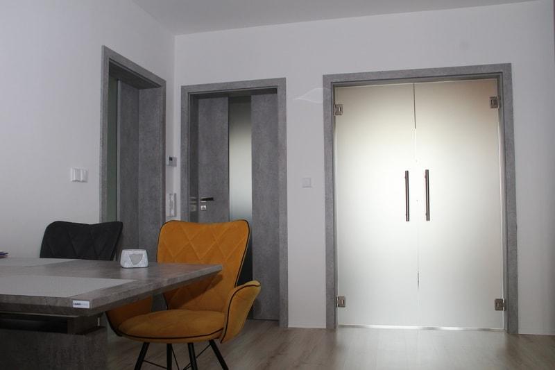 dvoukridle dvere kyvne