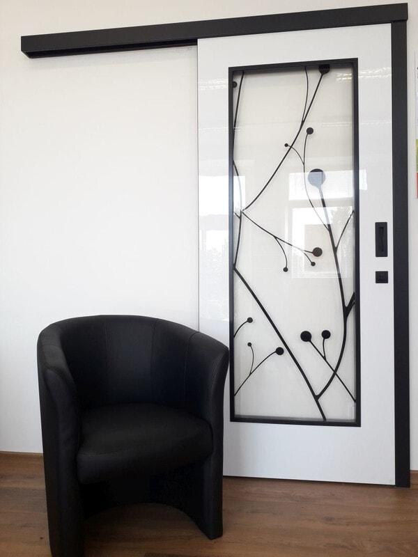 Bílé interiérové dveře kombinace bílá černá