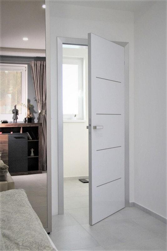 Bílé interiérové dveře kombinace bílá kov