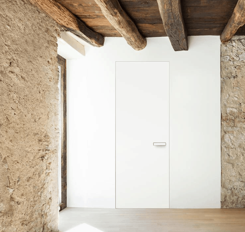 neviditelné bílé skryté dveře