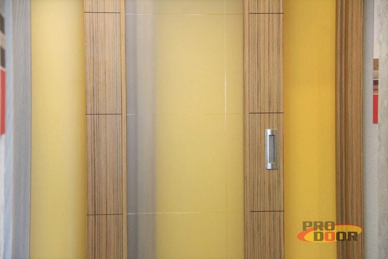 posuvné dýhované dveře sapeli s bočním světlíkem