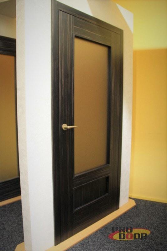tmavé interiérové dveře eben s mosaznou klikou