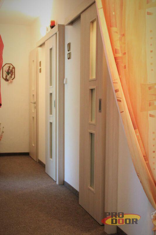 Vnitřní dřevěné prosklené dveře a posuvné světlé dveře Byt Litoměřice