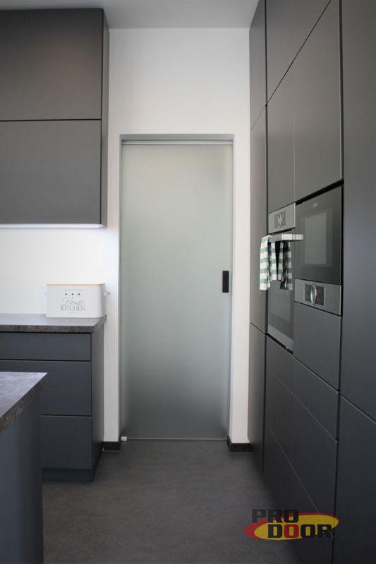 skleněné posuvné mléčné dveře na stěnu bez obložky