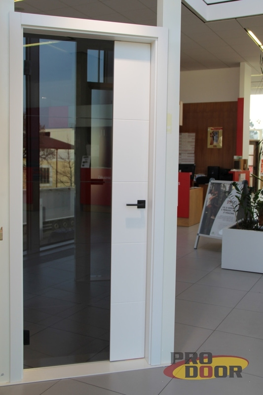 Dvere Sapeli Modena bile lakovane sede sklo